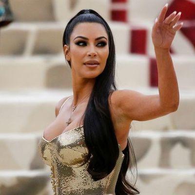 Ким Кардашьян подчеркнула аппетитные формы роскошным платьем