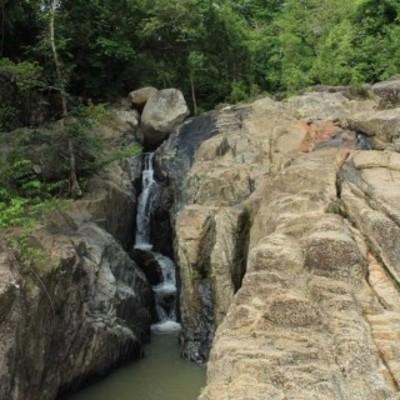 Парень свалился с вершины водопада при попытке сделать селфи