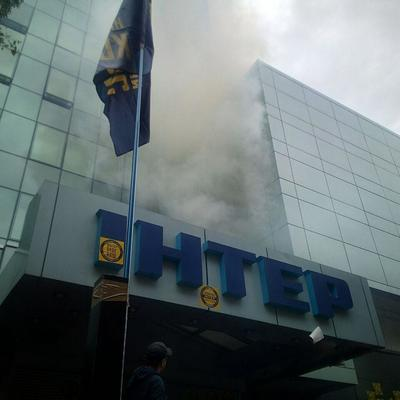 Интер в дыму, началась «осада»: Что происходит под каналом (фото)