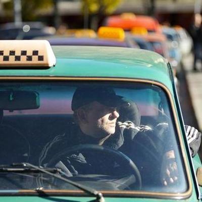 В Сумской области парень с ножом напал на таксиста, чтобы угнать его авто