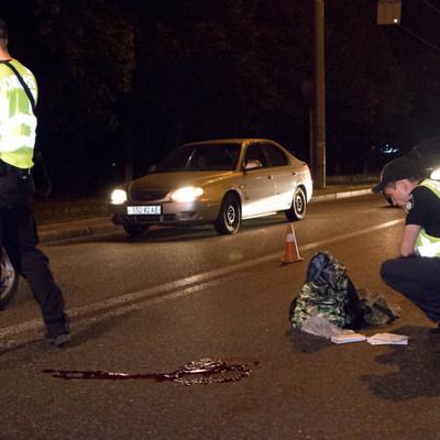Военнослужащий перебегал проспект Победы в Киеве и погиб под колесами авто (видео)