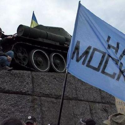 В Житомире во время шествия 9 мая подняли флаг «на Москву» (видео)