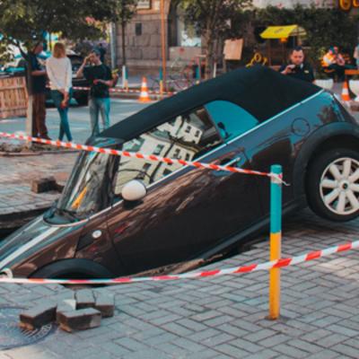 Автомобиль гражданина Чехии провалился под землю в центре Киева (видео)