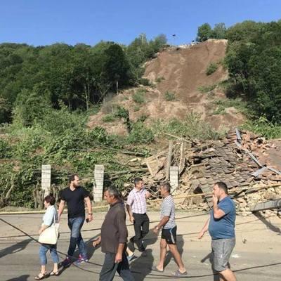 Оползень в Закарпатской области: полностью засыпаны два жилых дома