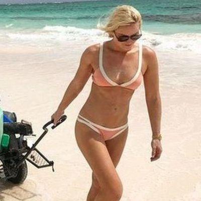 Линдси Вонн занялась уборкой мусора на пляже в бикини