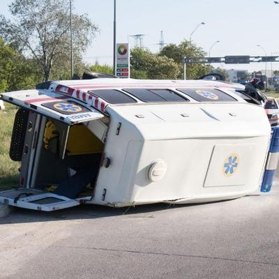 Машина «скорой помощи» перевернулась сегодня в Киеве (фото)