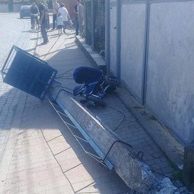 На Закарпатье на коляску с ребенком упал бетонный столб