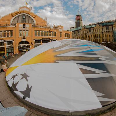 В центре Киева появился гигантский футбольный мяч (фото)