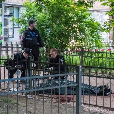 В Киеве на Отрадном мужчина умер в луже крови (фото)