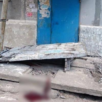 В Донецке бетонная стена над подъездом многоэтажки упала на четырех детей