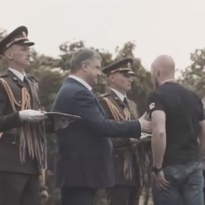 Ветеран «Азова» отказался пожать руку Порошенко на церемонии вручения наград (видео)