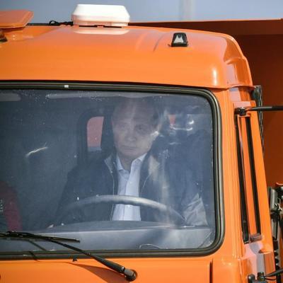 Путин за рулем КамАЗа: на открытии Крымского моста произошел конфуз