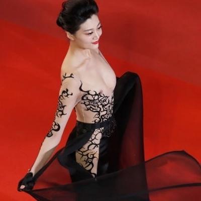 Звезда вышла на красную дорожку в платье с обнаженными сосками (фото)
