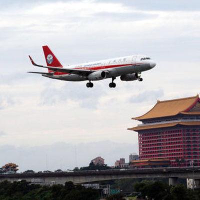 У пассажирского самолета в Китае на высоте 10 км вылетело стекло кабины, второй пилот оказался за бортом