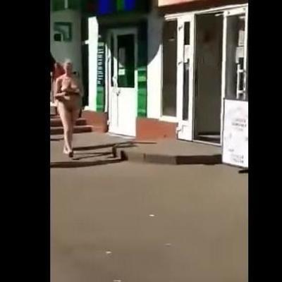 На Киевщине посетительница банка разделась догола (видео 18+)