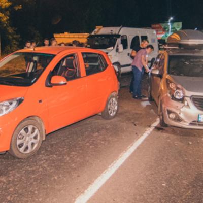 В Киеве на Борщаговке пьяный водитель влетел в авто: пострадал его пассажир и беременная девушка (фото)
