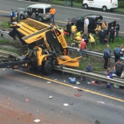 Школьный автобус в США с детьми попал в страшную ДТП, есть погибшие дети