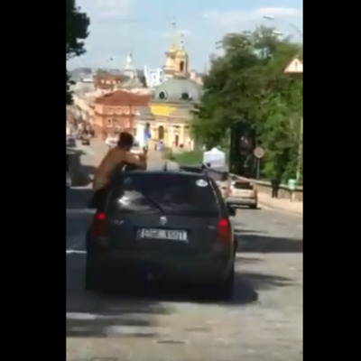 В Киеве пьяный мужчина ездил в машине, высунувшись по пояс в окно (видео)