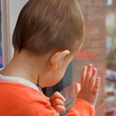 В Киеве 3-летний мальчик выпал из окна третьего этажа высотки