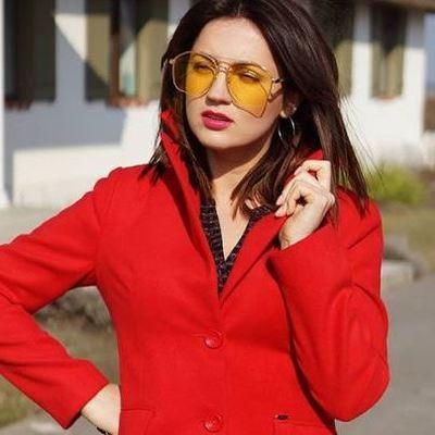 Оля Цибульская примерила яркий наряд в красном цвете