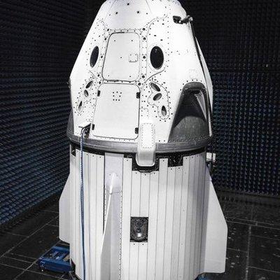 Илон Маск показал пилотируемый корабль Crew Dragon (фото)