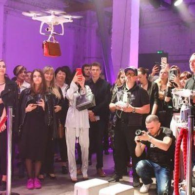 В Киеве впервые прошел показ моды на дронах (видео)