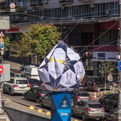 Превратился в блинчик: в центре Киева сдулся мяч, установленный к финалу Лиги чемпионов