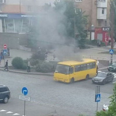В Донецке взорвалась маршрутка, черный дым валит из салона (фото)
