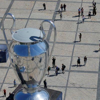 В Киеве установили огромный трофей Лиги чемпионов