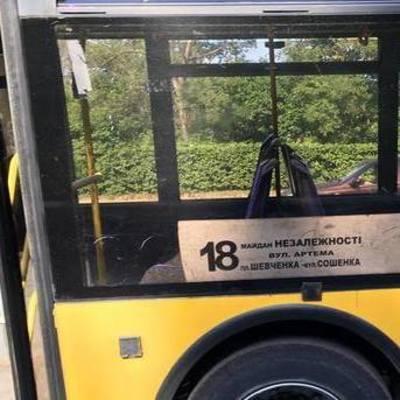 В Киеве загорелся троллейбус с пассажирами во время движения