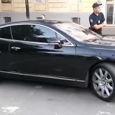 Водитель Bentley в Киеве припарковался на «зебре» и обматерил полицейских и журналистов (видео)