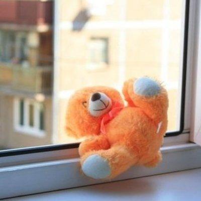 Во Львове ребенок выпал из окна офисного помещения