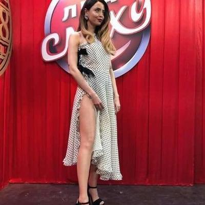 Надя Дорофеева надела платье с разрезом до бедра