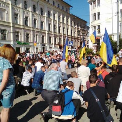 В Черновцах на коленях простились с погибшим под Горловкой бойцом (фото)