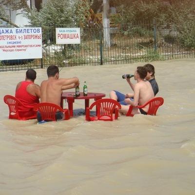 Во время потопа в Кирилловке компания мужчин устроила оригинальные посиделки с пивом