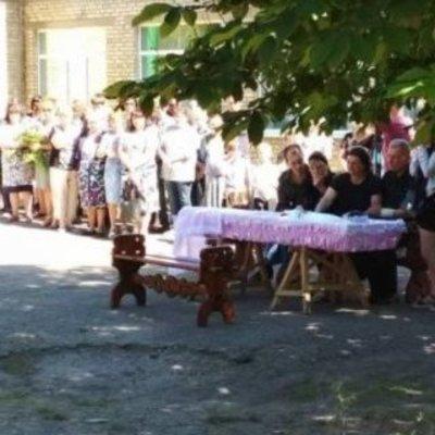 Розовый гроб и заплаканные одноклассники: похоронили убитую боевиками 15-летнюю девушку