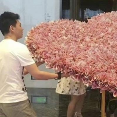 В Китае парень подарил девушке букет из денег и нарушил закон