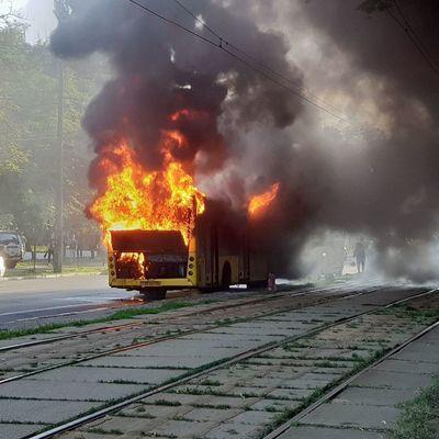 В Киеве загорелся автобус, перекрыто движение трамваев