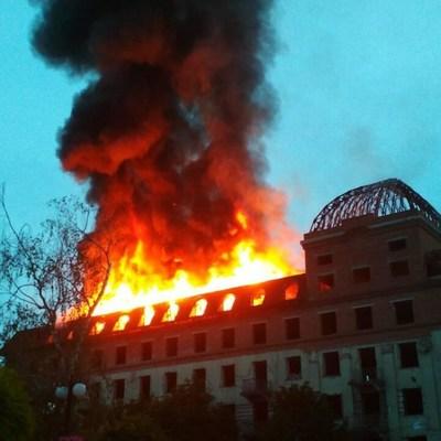 В центре Каменца-Подольского начался масштабный пожар в бывшем отеле «Украина» (видео)