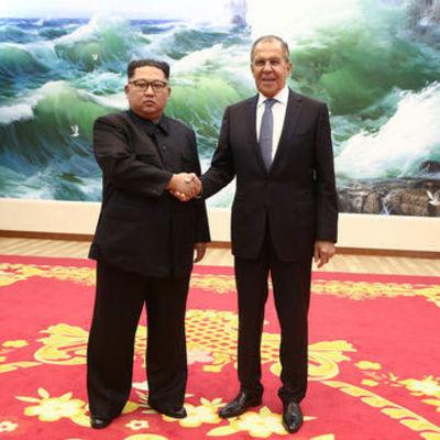 Российский телеканал с помощью фотошопа добавил Ким Чен Ыну улыбку на его совместном снимке с Лавровым