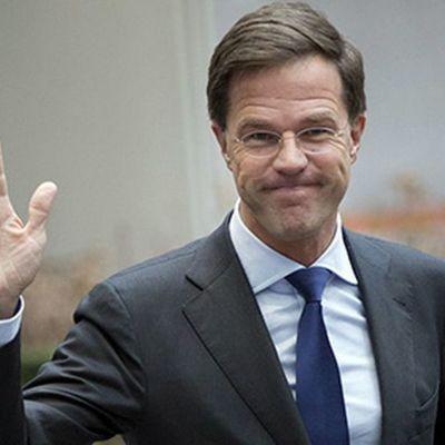 Премьер Нидерландов собственноручно вытер пролитый в парламенте кофе