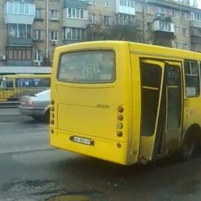 Маршрутка насмерть сбила женщину на пешеходном переходе в Киеве