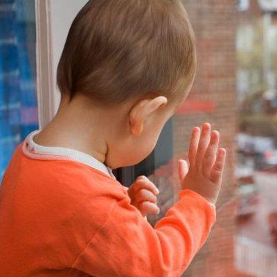 На Тернопольщине вслед за москитной сеткой с 4-го этажа упал годовалый мальчик