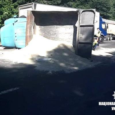 Под Ивано-Франковском автобус столкнулся с грузовиком, слетел с дороги и перевернулся: есть жертва