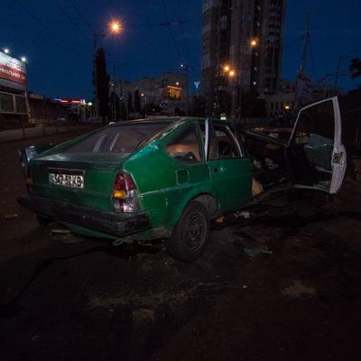 Ночью в Киеве пьяная компания на авто врезалась в столб, от удара машину разорвало