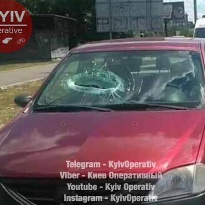 В Киеве упавший с моста кусок бетона оторвал руку пассажиру Renault, который проезжал внизу