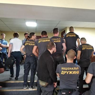 Нацдружинники с криками «Ганьба!» ворвались на заседание Киевсовета, решающего судьбу Почтовой площади в Киеве (фото, видео)