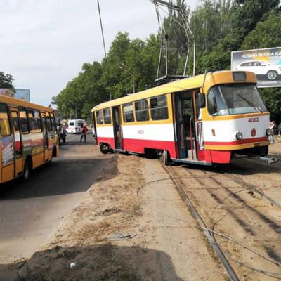 В Одессе трамвай сошел с рельсов и снес столб (фото)