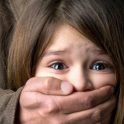 Под Киевом мужчина развращал свою 13-летнюю дочь и торговал порнографией с ней