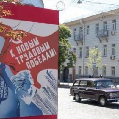 В центре столицы развесили советские плакаты